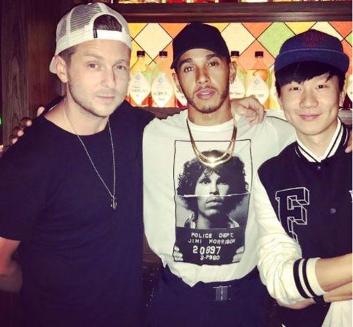 ▲共和世代主唱萊恩(左)、路易斯漢米爾頓(中)與林俊傑在新加坡聚會合照。(翻攝Instagram)