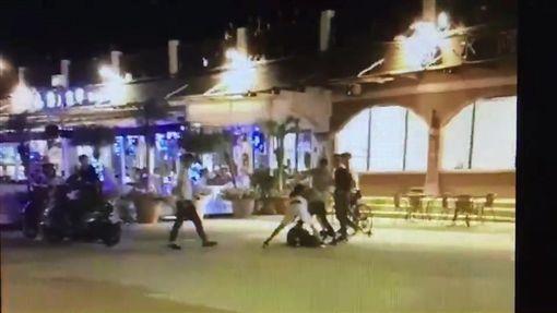 5名惡煞對著林少拳打腳踢。(圖/翻攝畫面)