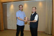新北市警察局長胡木源將「坡地金育獎」獎牌獻給市長朱立倫。(圖/翻攝畫面)
