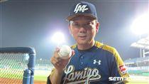 ▲Lamigo獲得單季72勝改寫中華職棒紀錄,總教練洪一中拿紀念球合影。(圖/記者蕭保祥攝)