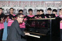 羅大佑2017巡迴演唱會「當年離家的年輕人」,與台大合唱團合作,演唱會找來120位台大同學擔任嘉賓。(記者邱榮吉/攝影)