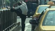 計程車司機在馬路上拉筋/爆料公社