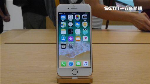iPhone 8開賣  果粉試用新機(2)電信業者22日開賣iPhone 8系列新機,各家電信都出現購機人潮,首賣現場也提供iPhone 8新機供果粉試用。中央社記者吳家昇攝  106年9月22日 ID-1064911