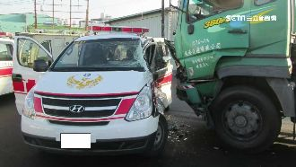 拖板車撞救護車 司機:沒聽到鳴笛