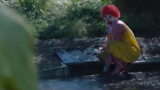 「麥當勞叔叔」版的《牠》(圖/翻攝自YouTube)