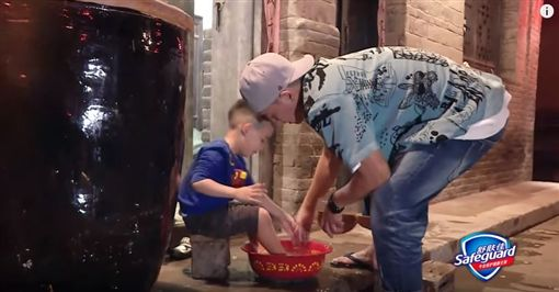 ▲陳小春在節目中替兒子洗腳。(圖/翻攝自《湖南衛視芒果TV》YouTube頻道)