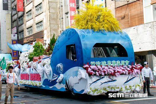 農委會3大主題花車齊聚-森川里海 農村樂遊 花車遊行。(圖/農委會提供)