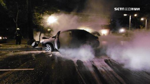 因路燈太刺眼 女自撞火燒車及時脫困