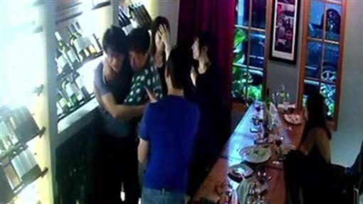 汐止國泰急診科主治醫師王天成對女醫師強吻、性騷擾。(圖/翻攝畫面)