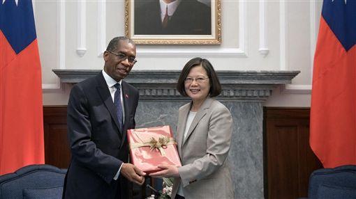 蔡英文總統今(30)日上午接見海地共和國外交部長羅迪格(Antonio Rodrigue)。(圖/總府提供)