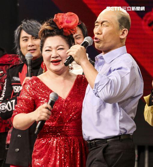 2019超級華人風雲大賞,白冰冰與飾演韓國瑜的郭子乾相談甚歡。(記者林士傑/攝影)