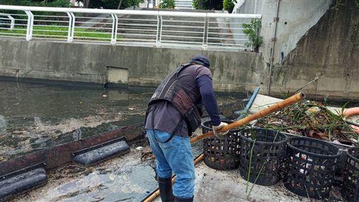 高雄市環保局愛河清理,高雄市府提供