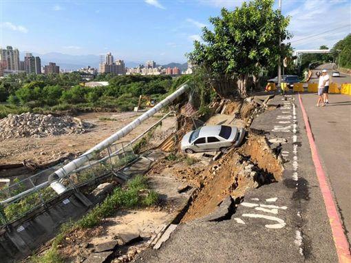 新北,泰山,南林路,坍塌,坍方(圖/翻攝ㄨㄚ是泰山人)