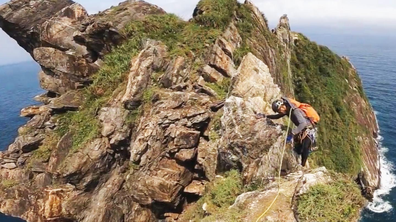 型男攀「烏岩角」 崖上對望台灣本島超驚險