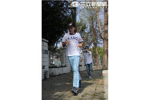 沈玉琳訓練吳鳳在市區練跑