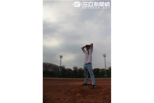 訓練有成的吳鳳登板投球