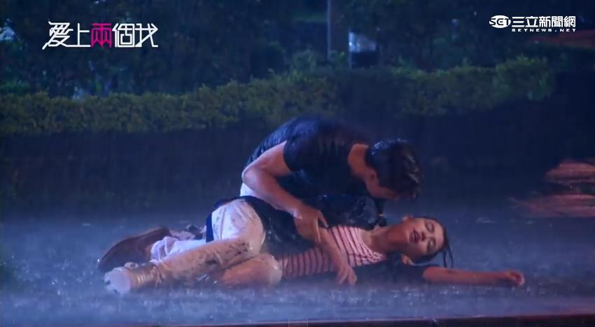 炎亞綸淋雨戲濕透 鞋子當水壺