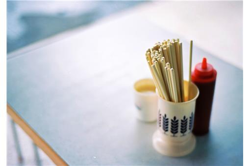 小吃店餐桌上的筷子(flickr:enixii)