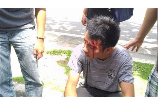 抗議學生指控警方過肩摔破頭。(圖/翻攝基進側翼臉書)