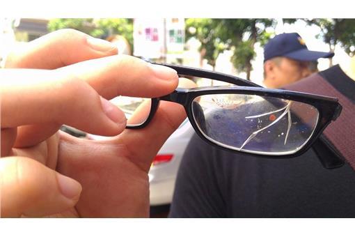 抗議學生眼鏡碎裂。(圖/翻攝基進側翼臉書)