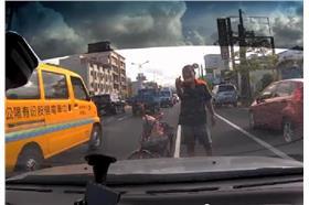 淒厲人妻.車門故障時遇到道路惡霸假車禍(圖/翻攝自YouTube)