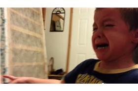 小男孩崩潰爸爸偷走我的耳朵/youtube