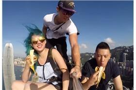 3人爬上香港大樓吃香蕉_youtube