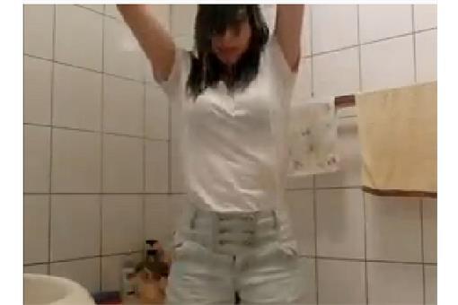 「1個讚捐1元」少女冰桶挑戰遭批作秀(臉書)