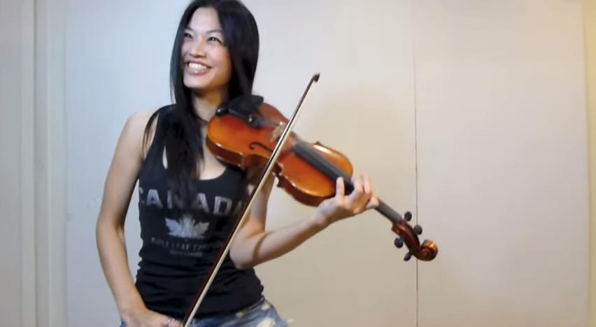 爆奶小提琴手/翻攝自YouTube