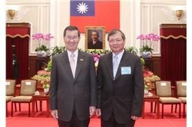強冠公司董事長葉文祥在2011年榮獲中華民國優良商人(金商獎) 圖/截自強冠公司官網