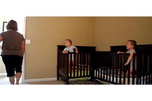 雙胞胎逃脫嬰兒床 圖/截自Jennifer Pool Youtube