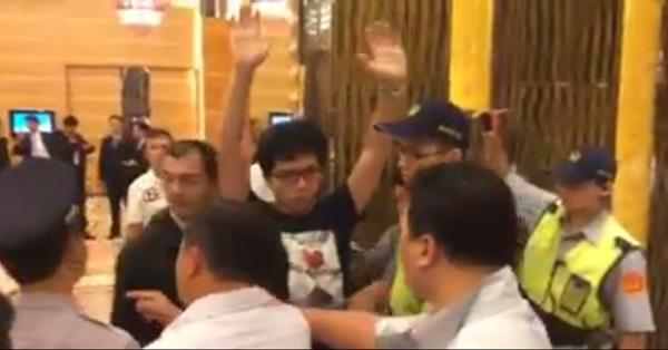 PTT/怕馬總統太難堪?警方疑「假摔」指控丟書男襲警(臉書影片)