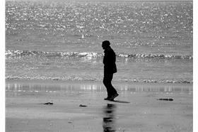 名家_Mr.6_孤單老人在海邊.jpg