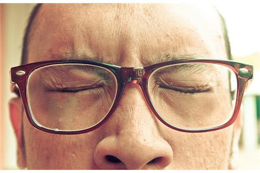 名家_Mr.6_思考中的眼鏡笨蛋.jpg