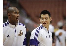 左起為Kobe Bryant與林書豪(圖/美聯社/達志影像)