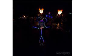 萬聖節父親把女兒打扮成「LED火柴人米妮」圖/取自Glowy Zoey LED suitsfacebook