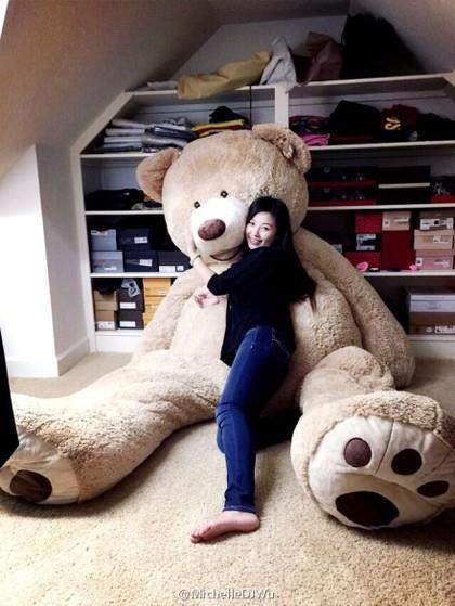 正妹、巨熊玩偶、好市多