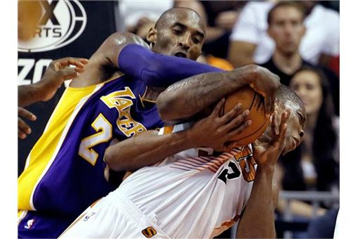 左起為Kobe Bryant與Eric Bledsoe(圖/美聯社/達志影像)