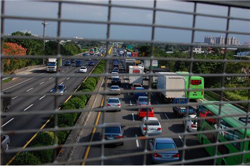 過年返鄉、旅遊車潮多,國道多路段難行。(示意圖/翻攝自Flickr攝影:Fuyan Yu)