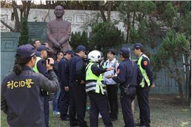 各地蔣介石銅像遭塗鴉、毀損。(圖/翻攝自臉書無限期支持-全台裝置藝術