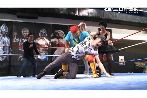 (圖三)JR被日本選手關節固定法壓制後動彈不得,直呼投降!兩位女主持急忙上前阻擾日本選手。