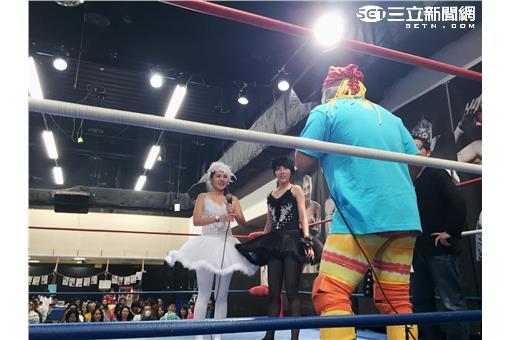 (圖四)兩位女主持也表示第一次參加日本當地摔角文化,第一次踏上競技擂台時非常緊張。