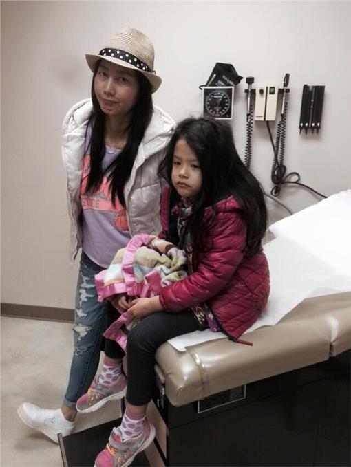 丁寧帶女兒看醫生。(圖/翻攝自丁寧臉書)