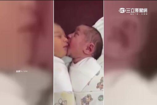 10月大男嬰初見雙胞娘 當場驚呆