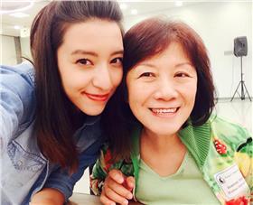 Lara梁心頤與母親/臉書