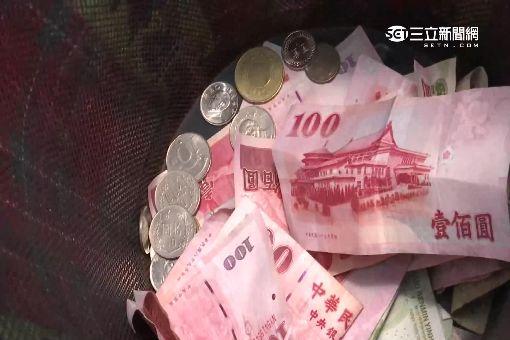 """街頭藝人賣力表演 陸大媽""""打賞台幣1元"""""""