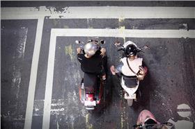 機車/flickr-Luke Ma (https://www.flickr.com/photos/lukema/8052507762/in/photolist-dgzd1J-5nTuMf-5nTuwU-5nTtWW-5nPdWV-5nTt5J-5nTsDQ-5nTsfS-5nTrD1-tHRXWZ-rv5gmA-qAnrB7-nsUh8o-nsUwvD-pzF3ay-pzF353-pxEx2Q-pzGX8D-pidF98-pzqPw4-pzGX1p-pidF1n-pidEYZ-pidEVH-pzGWQK-pwQ6iG-pKaBP8-89X9pe-pQHxXp-oU6NdN-8958WG-sN5hU8-sN5hFH-sMWm6o-s8wqCG-sN5hbp-t5wMec-sMXDuS-s8wq3d-sMXD9w-sN5gKp-s8wo2j-s8Hmgx-naRp7F-21f46c-9DceCU-7cybWN-6dHCYd-brnM9A-etzcx)