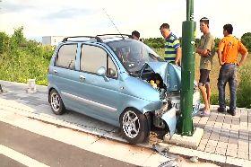 酒駕撞電桿1100