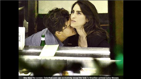 翻攝每日郵報奧蘭多布魯http://www.dailymail.co.uk/tvshowbiz/article-3143457/Orlando-Bloom-spotted-kissing-Brazilian-actress-Luisa-Moraes-sushi-date-2-years-Miranda-Kerr-split.html