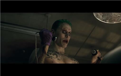 傑瑞德李托在《自殺特攻隊》中演出小丑一角。(圖/翻攝自YouTube)